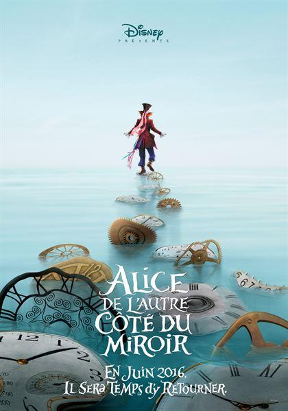 Alice et le Chapelier Fou, comme perdus dans un milieu particulièrement désert ; contrastant avec l'univers de Tim Burton