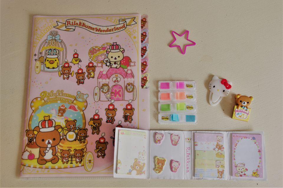 Un trieur, des post-it, des petits blocs notes et des accroches Rilakukma ou Hello Kitty !