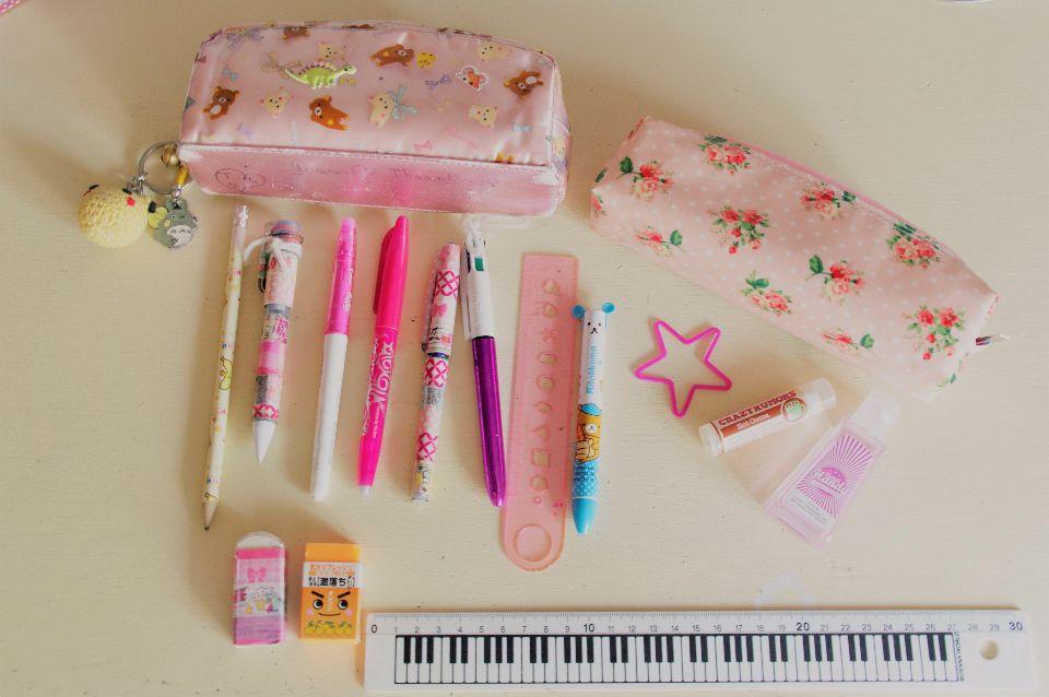 Une trousse à stylos personnalisés au masking-tape, et une autre à glissés dans tous nos sacs avec un baume à lèvre, uUne trousse à stylos personnalisés au masking-tape, et une autre à glissés dans tous nos sacs avec un baume à lèvre, u