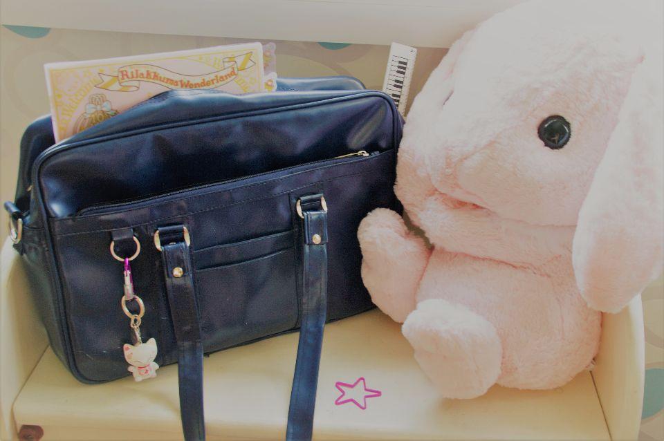 Un sac style écolière japonaise, accompagné d'un strap kawaii. Le mien est un petit maneki neko !